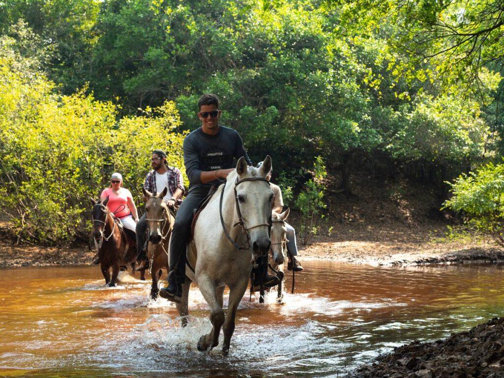 Visitantes durante passeio de cavalo na Pousada Xaraés. Foto: Visit Pantanal